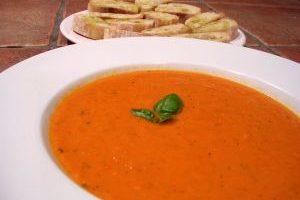Paradajková polievka s bazalkou