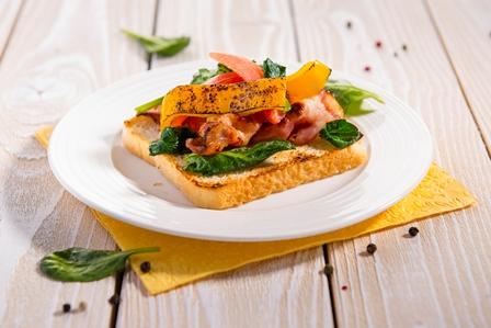 Toastovy chlieb so slaninou a spenatom - small