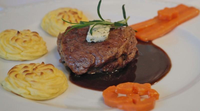 steak a slivková omáčka