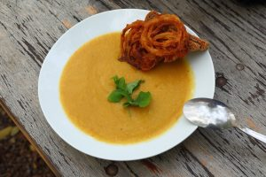 Krémová zeleninová polievka s viedenskou cibuľkou