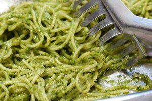 Špagety so špenátom a cesnakom