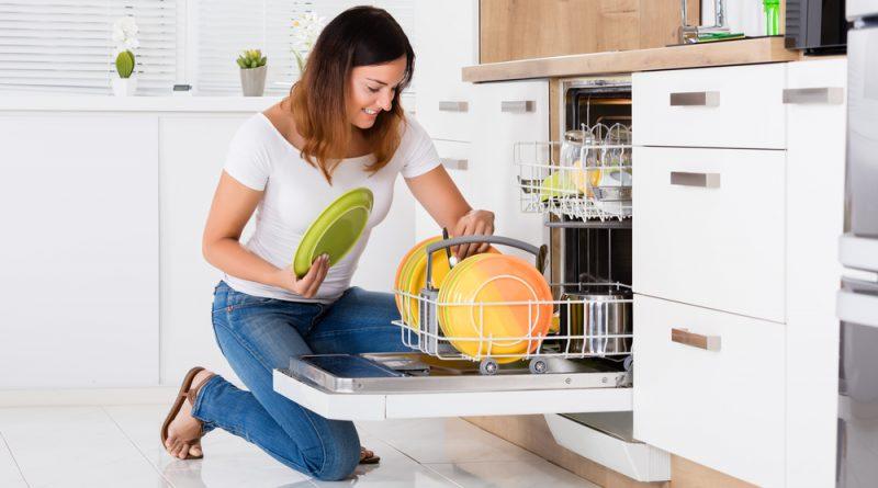 žena ukladá taniere do umývačky riadu