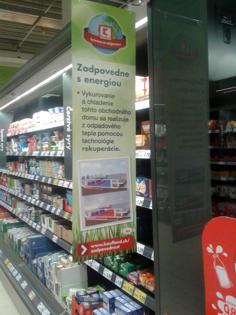 Odpadové teplo sa využíva aj na chladenie mliečnych produktov. V noci sa chladiace boxy zatvárajú, aby z ich chlad zbytočne neunikal.