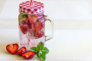 mineral-water-with-strawberries-1411368_1280