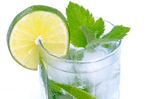 Gin-tonic proti malárii, ale aj na párty