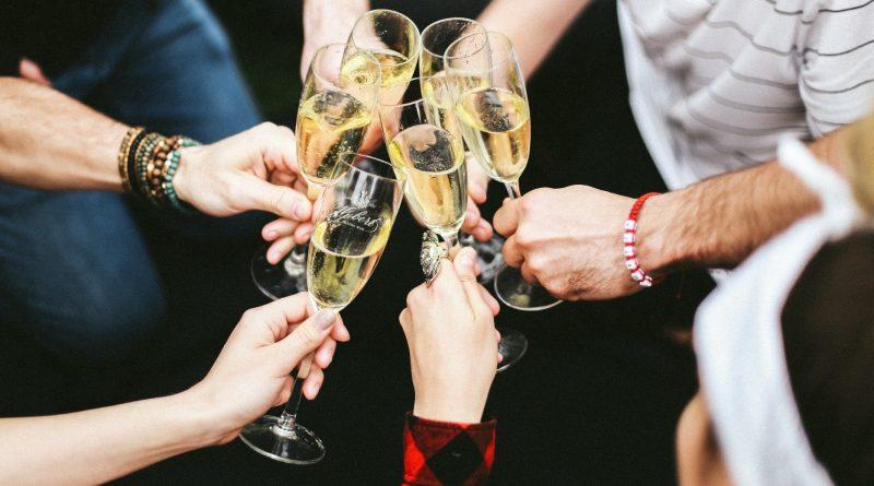 Pripíjanie s nealkoholickým šumivým vínom