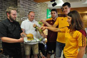 Banskobystrickí športovci pokrstili prvý tofu burger v meste