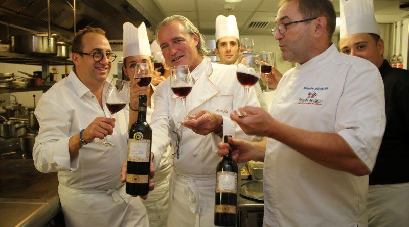 L. Levy (zlava) a M. Filo pri vareni ochutnavali vina Slovenske Vinice