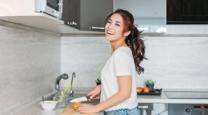 radosť v kuchyni - žena krája ovocie v kuchyni