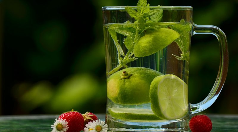 čaj s mätou a citrónom